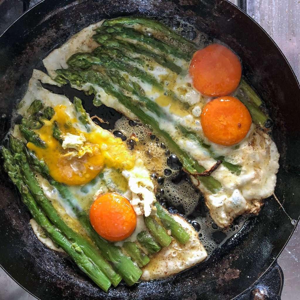 cucinare le uova con gli asparagi